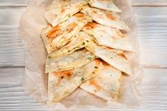 Pita chleb, lavash koperty z serem i zieleń, fotografia stock