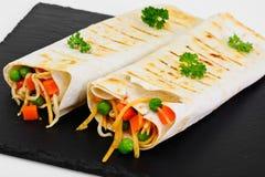 Pita chleb z warzywami, Chińskimi kluskami i Arugula, zdjęcie royalty free