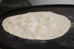 Pita Dough auf Saj Lizenzfreies Stockbild
