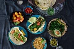 Pita vegetariana con la immersione di varietà, vista superiore Vegetariano in buona salute F fotografia stock libera da diritti