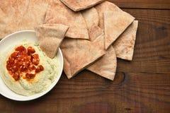Pita Wedges y Hummus Imágenes de archivo libres de regalías