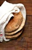 Pita Wrapped en una toalla Fotos de archivo