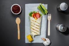 Pita z warzywami na szarość stole Obraz Royalty Free