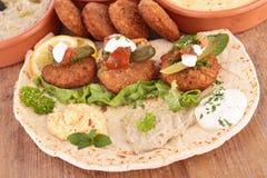 Pitabröd med falafelen och hummus royaltyfri bild