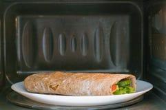 Pitabröd med gurkor, tomater, chees, ägg och grönsallat arkivbilder