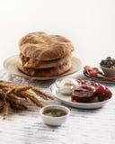 Pitabröd med kött, oliv, körsbärsröda tomater och olivolja Arkivbilder