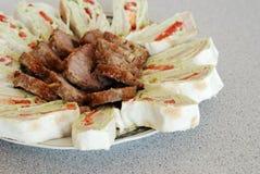 Pitabröd som är välfylld med fisken och kött i en vit platta Royaltyfri Foto