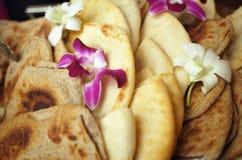 Pitabroodje en Orchideeën Stock Fotografie