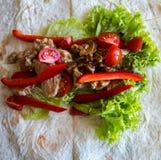 Pitabroodje met de de geroosterde peper en salade van vleestomaten stock fotografie