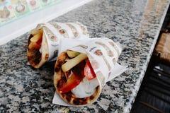 Pitabroodje van het voedsel Griekse Gyroscopen van Griekenland het traditionele in Santorini, Griekenland royalty-vrije stock fotografie