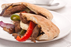 Pitabroodjesandwich met vlees en groenten royalty-vrije stock afbeelding