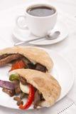 Pitabroodjesandwiches met vlees en groenten stock afbeeldingen