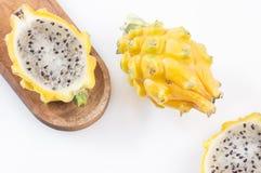 Pitahaya ou fruit du dragon jaune sur le fond blanc - megalanthus de Selenicereus Images stock