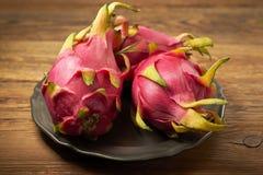 Pitahaya - ` tropical de fruit du dragon de ` sur de vieux conseils, style rustique photo stock