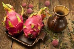 Pitahaya - tropikalnego ` smoka owocowy ` na starych deskach, wieśniaka styl Obrazy Royalty Free