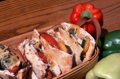 Pitas végétarien grillé dans un panier Photos stock