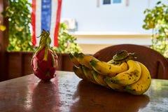 Pitaya和香蕉在桌上 免版税图库摄影