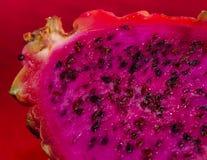 Pitaya Dragonfruit με τη ρόδινη σάρκα και το κόκκινο δέρμα Στοκ φωτογραφία με δικαίωμα ελεύθερης χρήσης