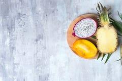 Pitaya ou Dragon Fruit com folha de palmeira na placa redonda de madeira no fundo de pedra cinzento com espaço da cópia, configur fotos de stock royalty free