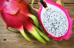 Pitaya rose juteux sur la table en bois photo stock