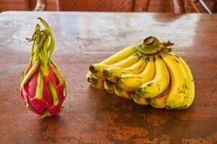 Pitaya y plátanos en una tabla Fotografía de archivo libre de regalías