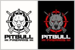Pitbull con il modello trasversale di logo di vettore del crosshair e del fucile royalty illustrazione gratis
