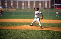 Pitche in een spel van het middelbare schoolhonkbal stock afbeeldingen
