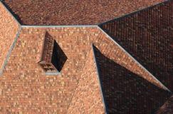 Pitched telhou o telhado da telha com janela do sótão Fotografia de Stock