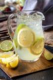 Pitcher Limonade mit Kalk und Zitrone Lizenzfreie Stockfotos
