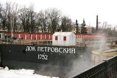 Piter a grande doca em Kronstadt, Rússia no dia nebuloso do inverno Imagem de Stock
