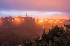 Pitigliano przy nocą w świetle lampionów Fotografia Stock