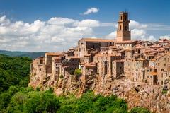Pitigliano-Stadt auf der Klippe im Sommer lizenzfreie stockbilder