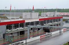 Pitlane et boîtes sur l'autodrome moscowraceway Image libre de droits