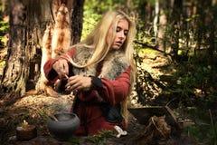 Pitonisa escandinava de la bruja que cocina la poción Imágenes de archivo libres de regalías