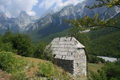 Pitoresque-Dorf in den albanischen Bergen lizenzfreie stockfotografie