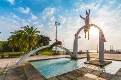 PITSUNDA ABCHAZIEN, SEPTEMBER 23, 2017: Berömd skulptural sammansättnings` havs`en, som visar pärlemorfärg dykare och delfin, i g Arkivfoton