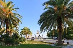 PITSUNDA, ABKHAZIA, IL 19 SETTEMBRE 2017: Belle palme verdi e ` scultoreo della composizione il ` del mare nel centro di Pitsunda Fotografia Stock Libera da Diritti