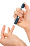 pitt för mätning för lancet för blodsockersjukafinger royaltyfria bilder