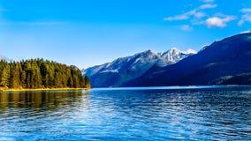 Pitt Lake com os picos tampados neve das orelhas douradas, formiga o pico e os outros picos de montanha das montanhas circunvizin Imagem de Stock Royalty Free