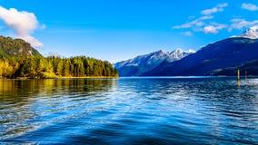 Pitt Lake con los picos capsulados nieve de los oídos de oro, el pico del escozor y otros picos de montaña de las montañas circun Fotos de archivo libres de regalías