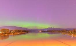 Pitt River e montagna dorata delle orecchie con l'aurora borealis Fotografia Stock Libera da Diritti