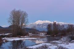 Pitt River et coucher du soleil d'or d'aftuer de montagne d'oreilles Photo libre de droits
