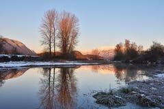 Pitt River et montagne d'or d'oreilles au coucher du soleil Photographie stock