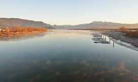 Pitt River et montagne d'or d'oreilles au lever de soleil Photo stock