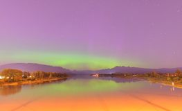 Pitt River et montagne d'or d'oreilles avec l'aurora borealis Photo libre de droits