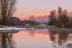 Pitt River und goldener Ohr-Berg bei Sonnenuntergang Stockfotografie