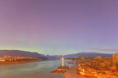Pitt River und goldener Ohr-Berg mit aurora borealis stockfoto