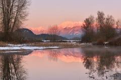Pitt River y montaña de oro de los oídos en la puesta del sol Fotografía de archivo
