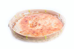 Pittabrot in der Weidenbrotdose auf weißem Hintergrund Stockfotos