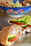 Pittabrot mit Gemüse, Salat und Käse Stockfoto